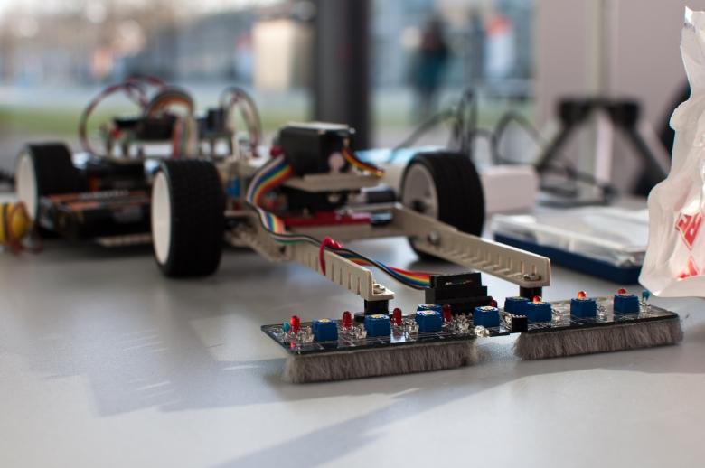 Competición universitaria de coches sigue-líneas
