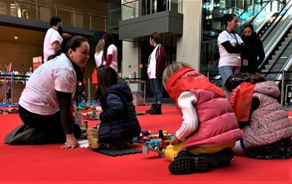 Niños jugando con kits de robótica