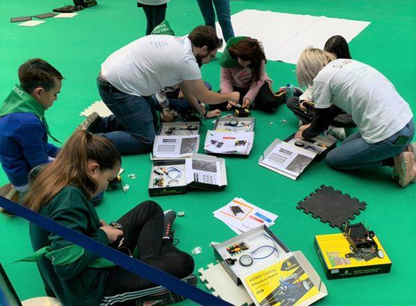 Niños aprendiendo en los talleres de robótica educativa de Rockbotic