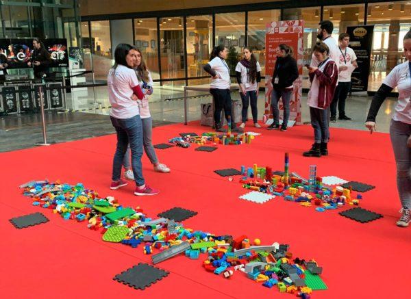 El equipo de Rockbotic esperando a que empiece el family day de robótica y programación en Endesa