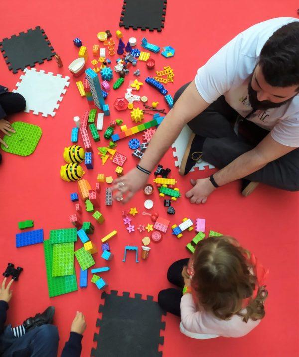 Monitor de Rockbotic enseñando a crear piezas de robótica a niños