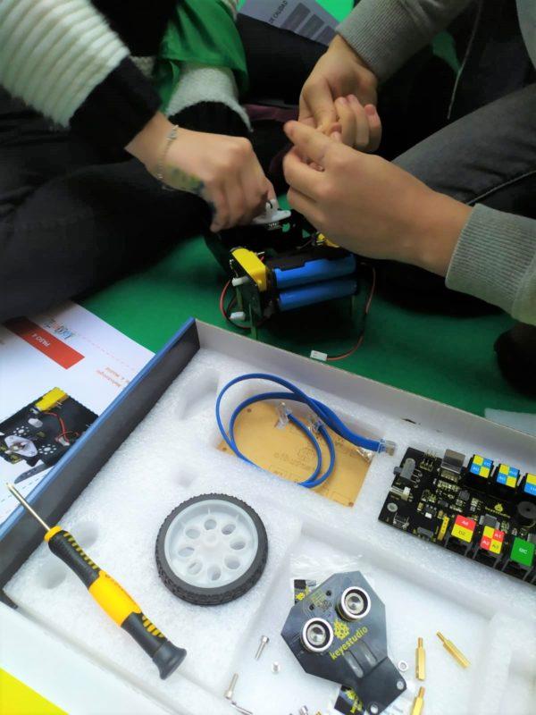 Trabajo en equipo para construir un coche robótico