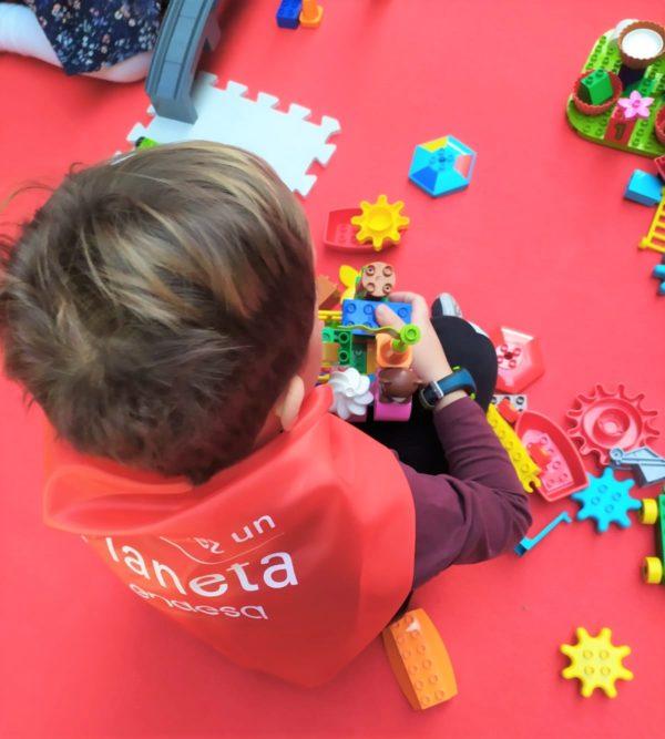 Niños pequeño participando en un taller de robótica educativa