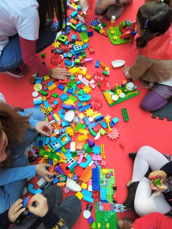 Niños creando con juegos de robótica